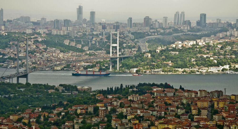 Most przez Bosfor łączący azjatycką i europejską części Stambułu. Zdjęcie archiwalne