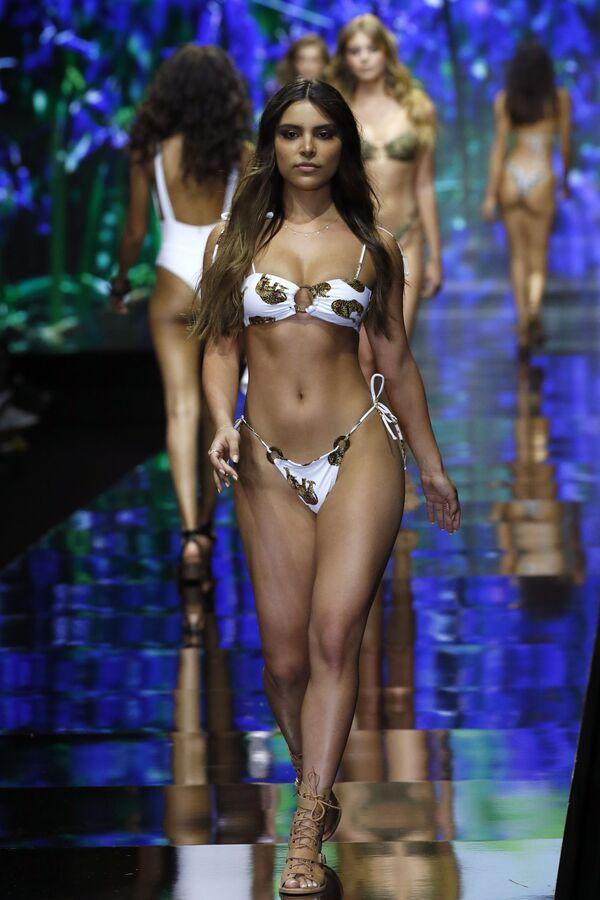 Modelka w bikini podczas Tygodnia Mody w Tel Awiwie - Sputnik Polska