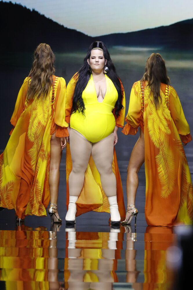 Zwyciężczyni Eurowizji 2018 roku, izraelska piosenkarka Netta Barzilai w stroju kąpielowym projektanta Bananhot podczas Tygodnia Mody w Tel Awiwie