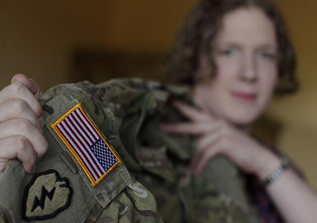 Transgender z amerykańskim mundurem wojskowym
