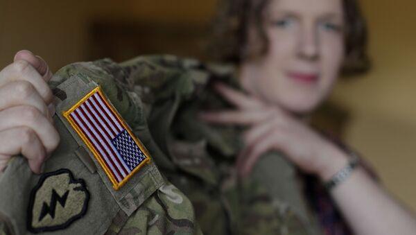 Transgender z amerykańskim mundurem wojskowym - Sputnik Polska