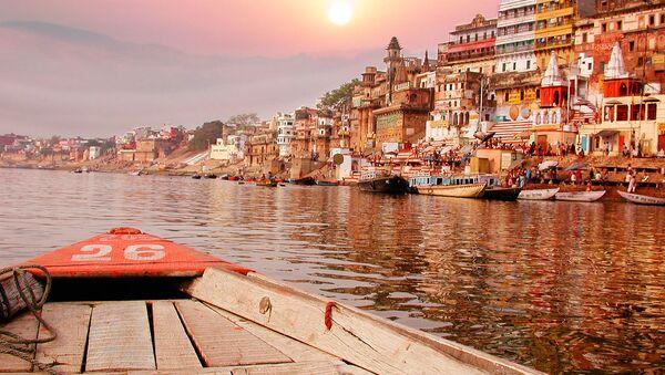 Zachód słońca nad rzeką Ganges w Indiach  - Sputnik Polska