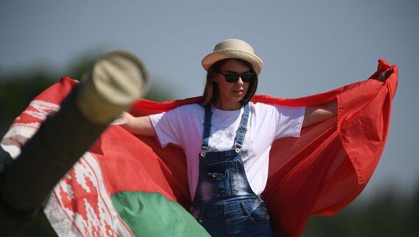 Dziewczyna z flagą Białorusi - Sputnik Polska