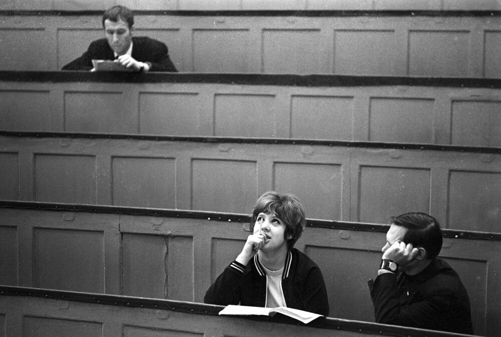 Студенты в аудитории Заочного института советской торговли, 1973 год