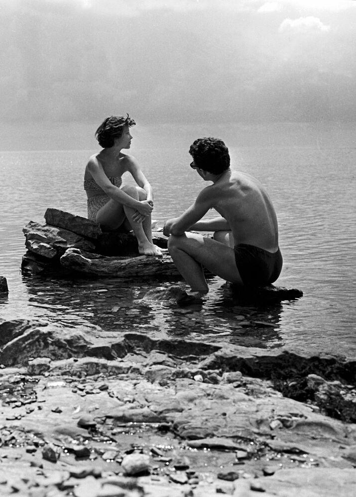 Студенты Московского текстильного института во время отдыха в спортивном лагере у Черного моря, 1959 год