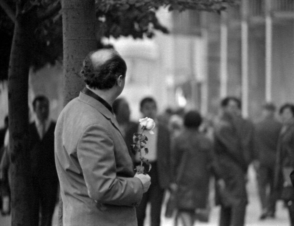 Мужчина с розой на центральной улице Одессы, Украинская ССР. 1970 год