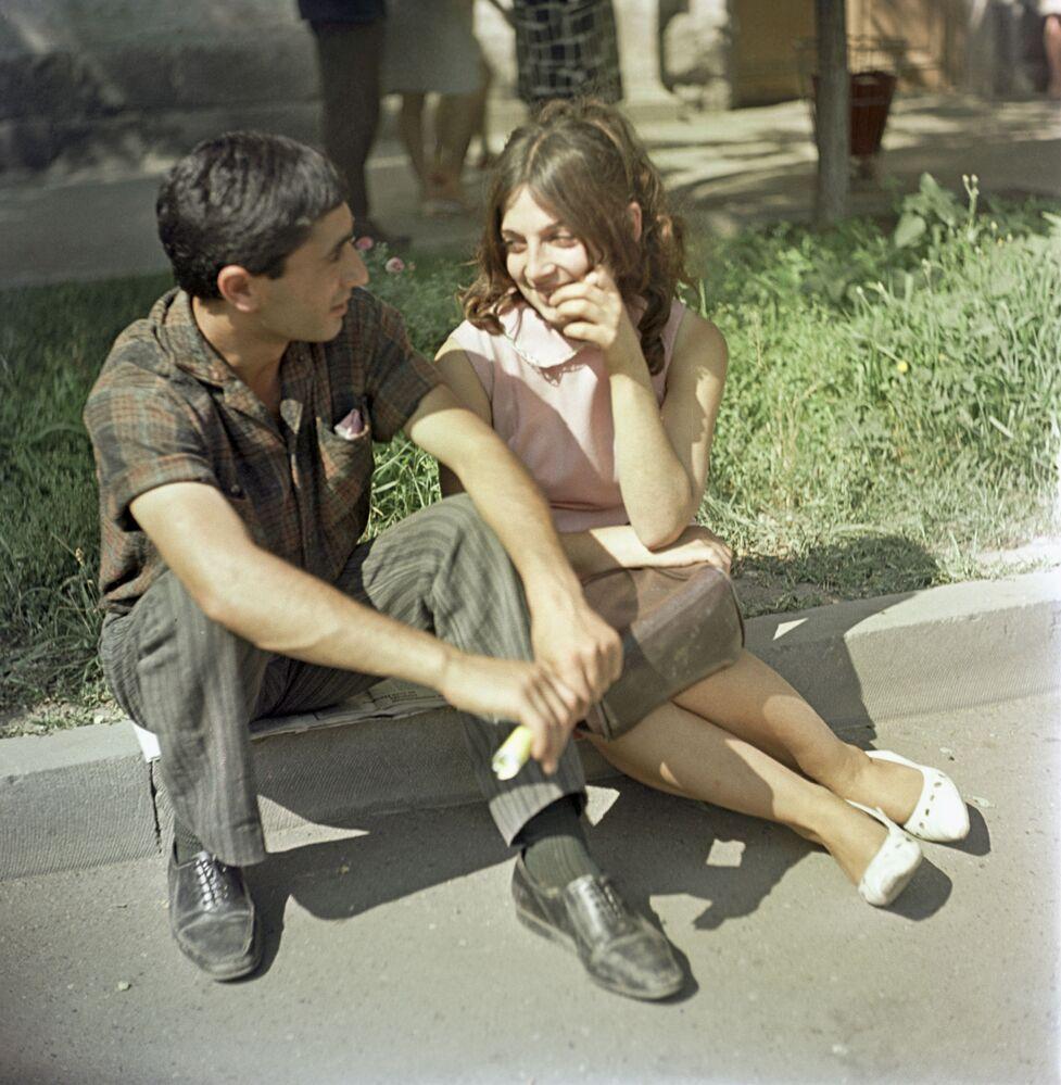 Молодые люди во время прогулки, Армянская ССР. 1969 год