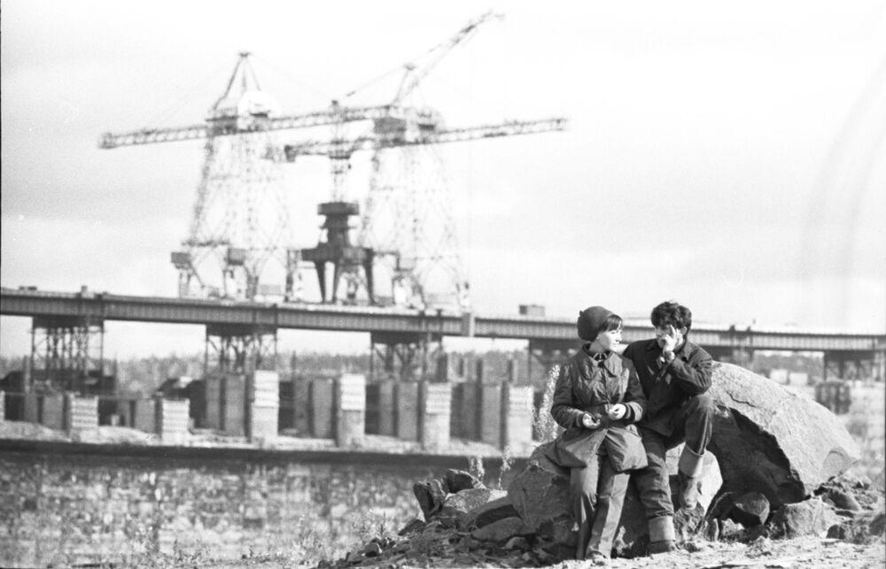 Строители Усть-Илимской ГЭС после работы, 1974 год