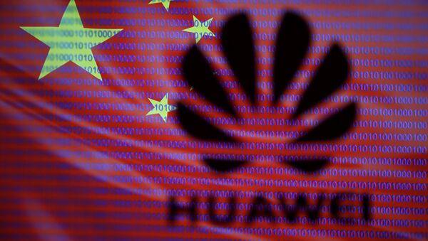 Logotyp firmy Huawei na tle chińskiej flagi - Sputnik Polska