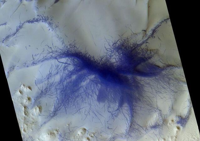 Ślady pyłowych diabłów sfotografowane przez Trace Gas Orbiter