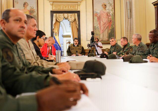 Prezydent Wenezueli Nicolas Maduro podczas spotkania z członkami rządu i wojskowymi