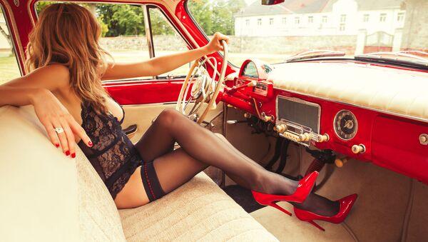 Kobieta w bieliźnie w samochodzie - Sputnik Polska