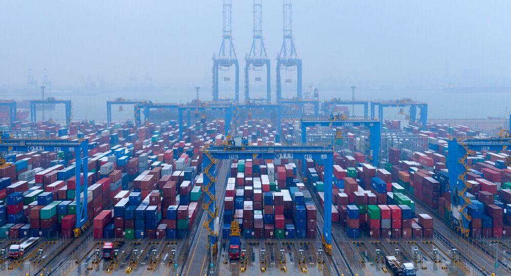 Kontenery w zautomatyzowanym terminalu kontenerowym, port Qingdao w prowincji Shandong (Chiny)