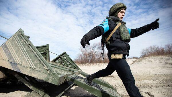 Żołnierz wojsk inżynieryjnych Floty Bałtyckiej w obwodzie kaliningradzkim - Sputnik Polska