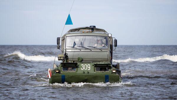 Gąsienicowy transporter pływający PTS-2 podczas ćwiczeń taktycznych wojsk inżynieryjnych Floty Bałtyckiej - Sputnik Polska