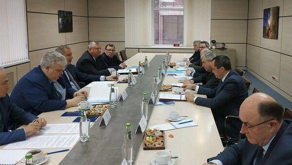 Ambasador Białorusi w Rosji Władimir Siemaszko i dyrektor generalny Roskomosu Dmitrij Rogozin - Sputnik Polska