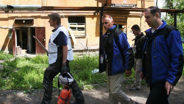 Pracownicy misji OBWE pod domem w Doniecku - Sputnik Polska