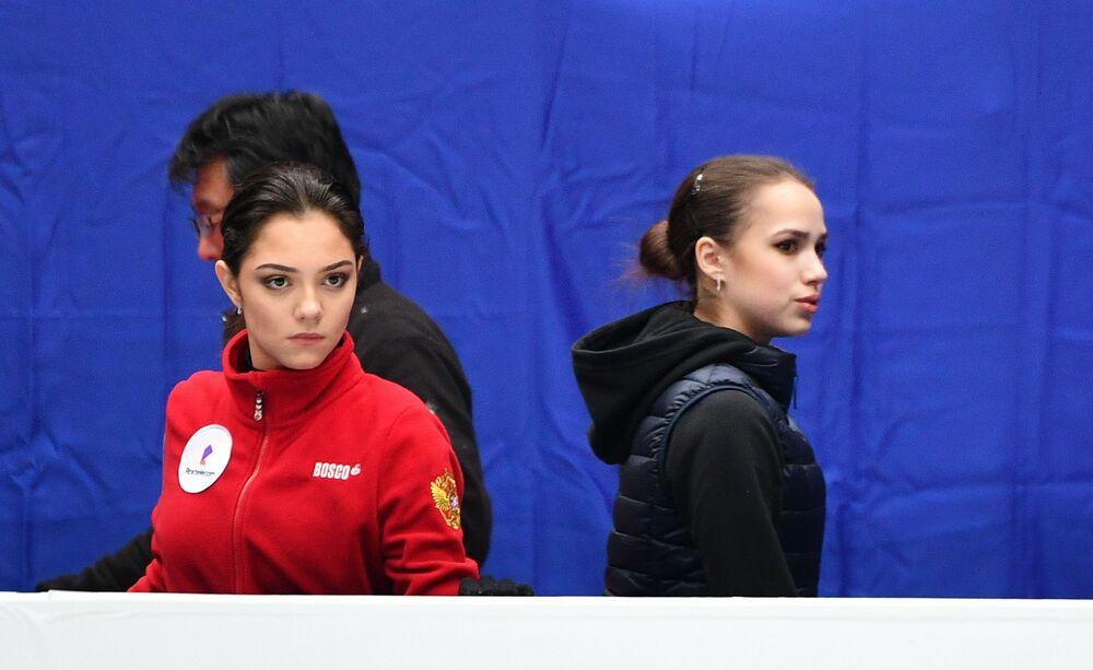 Alina Zagitowa i Jewgienia Miedwiediewa podczas treningu sportowców przed Mistrzostwami Świata w łyżwiarstwie figurowym w Saitame.