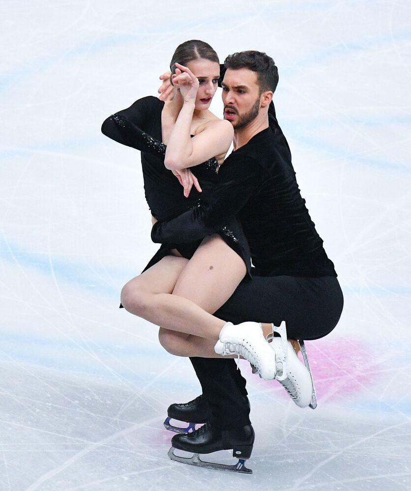 Francuscy łyżwiarze Gabriella Papadakis i Guillaume Sizeron wykonują rytmiczny taniec na Mistrzostwach Świata w łyżwiarstwie figurowym w Saitame.