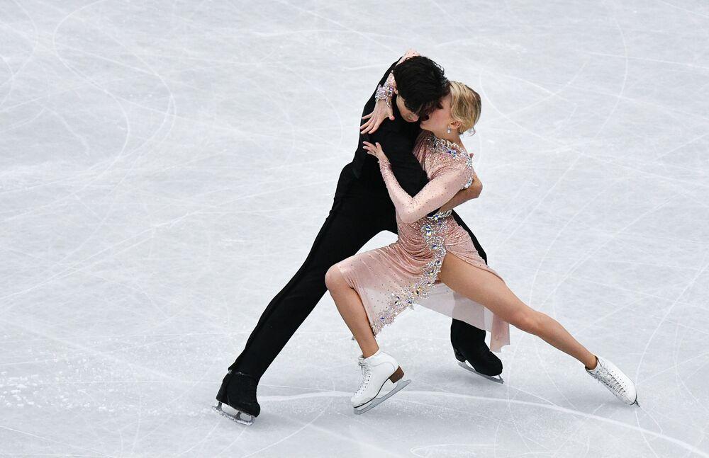 Kanadyjscy łyżwiarze figurowi Caitlin Weaver i Andrew Poje wykonują rytmiczny taniec na Mistrzostwach Świata w łyżwiarstwie figurowym w Saitame.