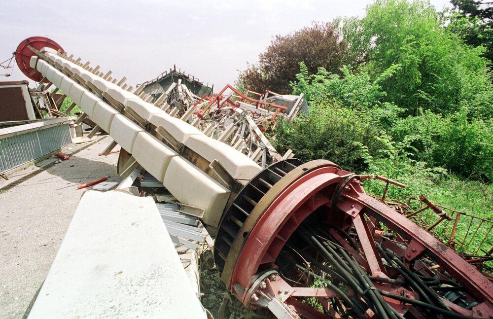 Zniszczona podczas nalotów NATO wieża telewizyjna na górze Awala niedaleko Belgradu.