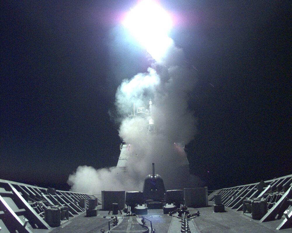 """Wystrzelenie pocisków """"Tomahawk"""" z amerykańskiego krążownika do celów w Jugosławii i Kosowie."""