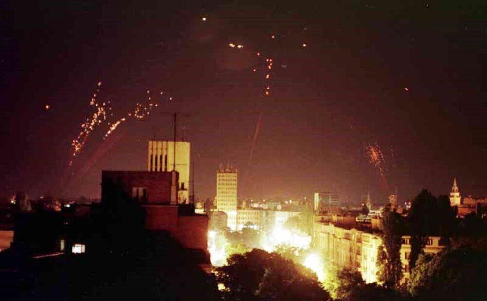 Jugosłowiańska obrona powietrzna próbuje zestrzelić natowskie samoloty bombowe.