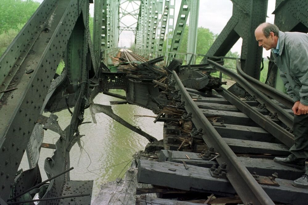 Zniszczony most nad Sawą w Ostružnicy na przedmieściach Belgradu.