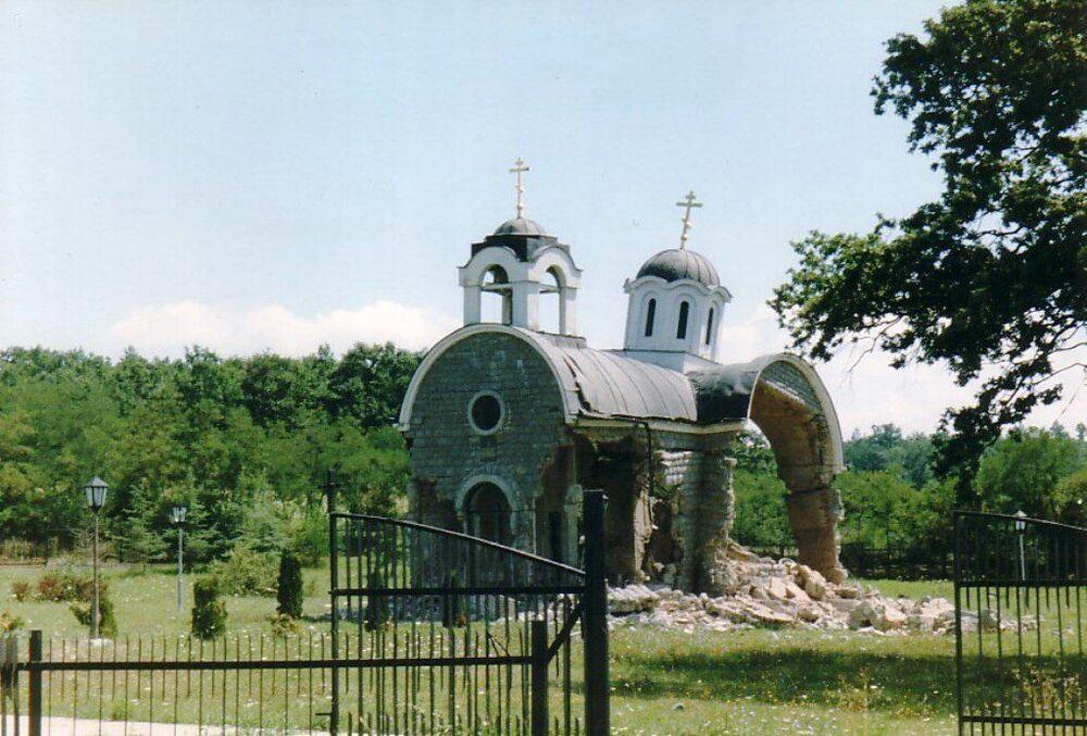 Zniszczona Cerkiew św. Trójcy w wiosce Petricz, Kosowo.