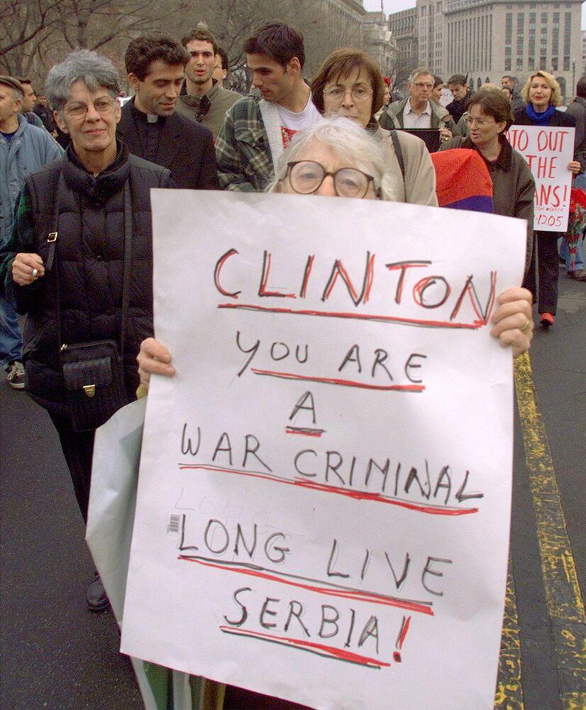Marsze przeciwko natowskim bombardowaniom Jugosławii pod Białym Domem w Waszyngtonie, 1999 rok.