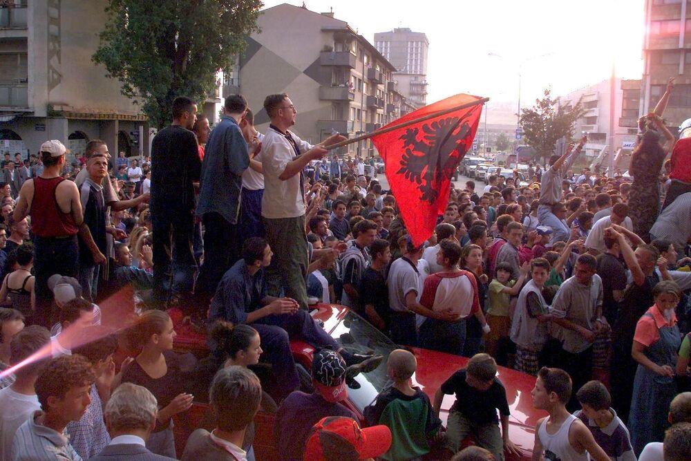 Kosowscy Albańczycy świętują zwycięstwo Armii Wyzwolenia Kosowa nad Serbami w centrum Prisztiny.