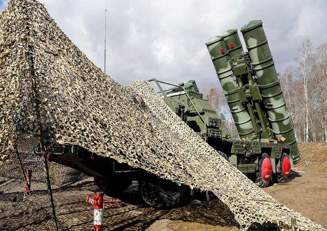 """Najnowsze systemy rakiet przeciwlotniczych S-400 """"Triumph"""", które weszły do służby w jednostce obrony powietrznej Floty Bałtyckiej w Obwodzie Kaliningradzkim"""
