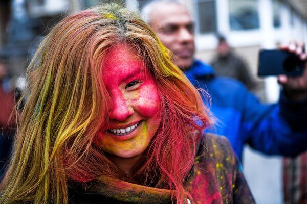 Uczestniczka festiwalu kolorów Holi Mela w Moskwie - Sputnik Polska