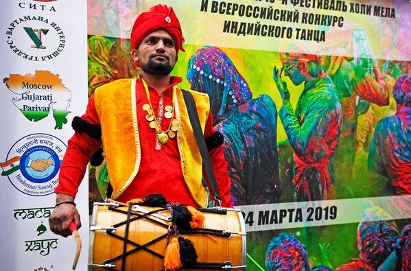 Uczestnik festiwalu kolorów Holi Mela w Moskwie - Sputnik Polska