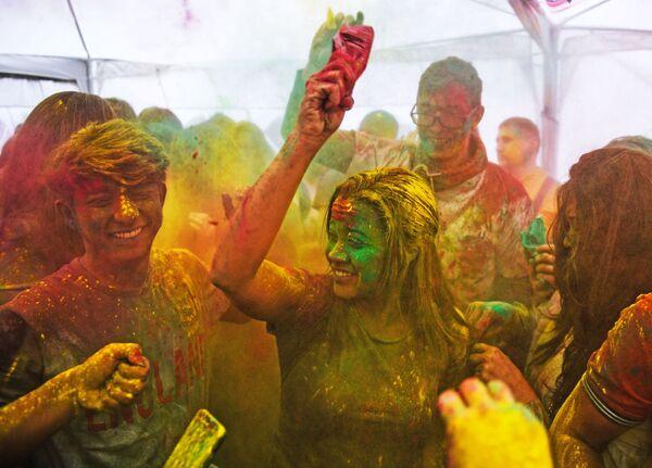 Uczestnicy festiwalu kolorów Holi Mela w Moskwie - Sputnik Polska