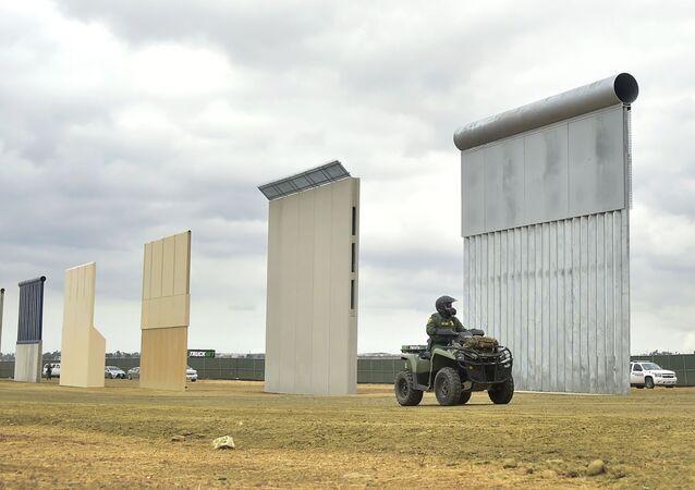 Budowanie muru na granicy z Meksykiem w Kalifornii