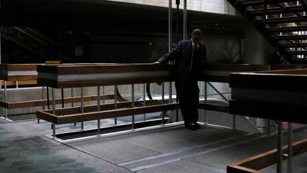 Ochroniarz w budynku podczas przerwy w dostawie prądu w Caracas - Sputnik Polska