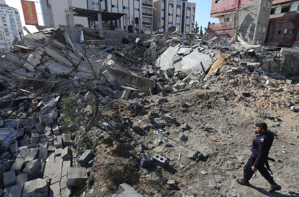 Ruiny budynku po ataku Izraela na Strefę Gazy
