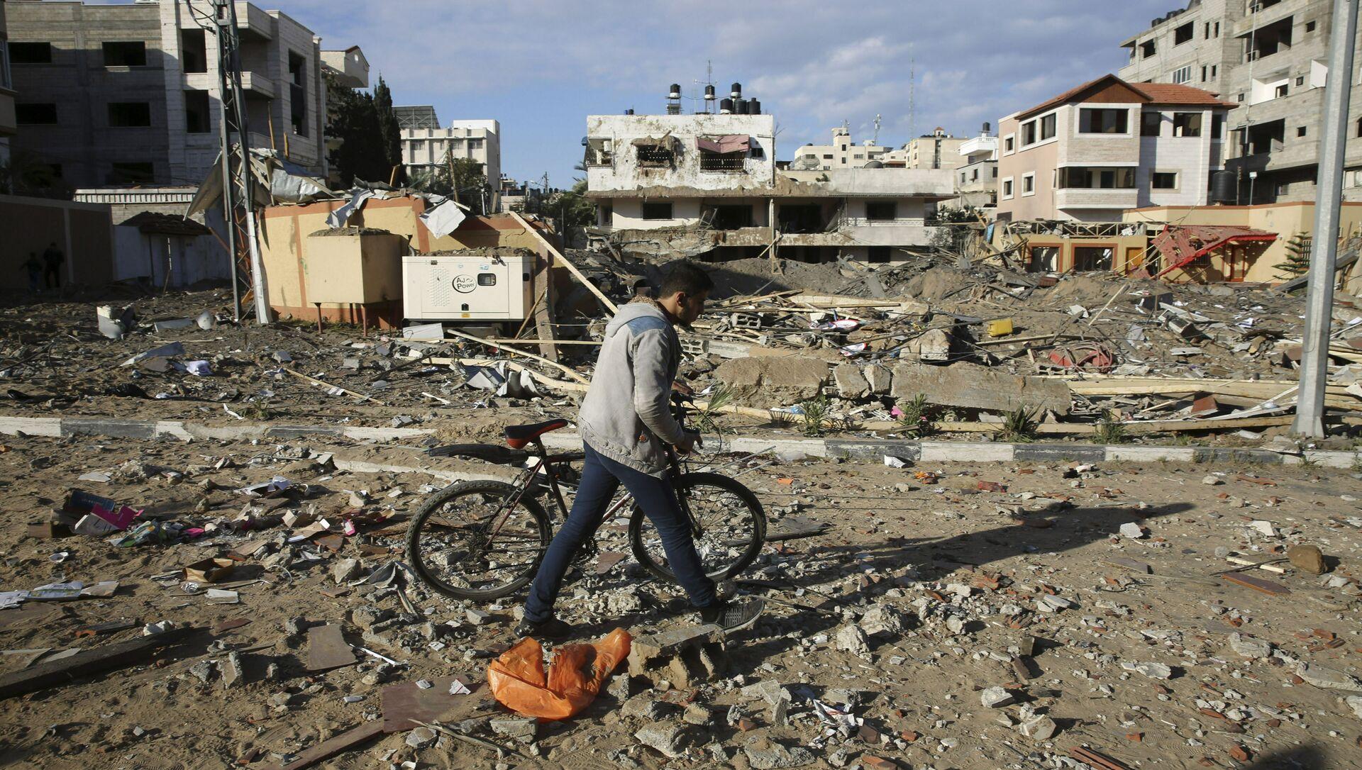 Mieszkaniec Strefy Gazy obok zburzonego budynku Hamasu po izraelskim ataku  - Sputnik Polska, 1920, 17.05.2021