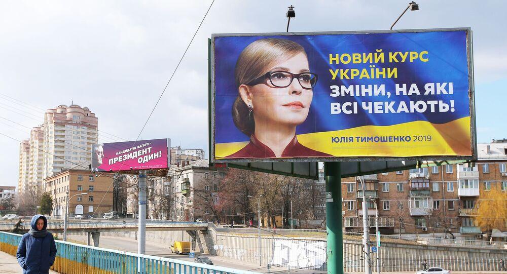 Plakaty wyborcze kandydatów na prezydenta Julii Tymoszenko i Petra Poroszenki na jednej z ulic Kijowa