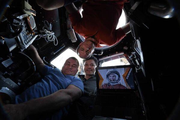Kosmiczne selfie z pokładu Międzynarodowej Stacji Kosmicznej autorstwa Olega Kononienki, Aleksieja Owczynina i Davida Saint-Jacquesa - Sputnik Polska