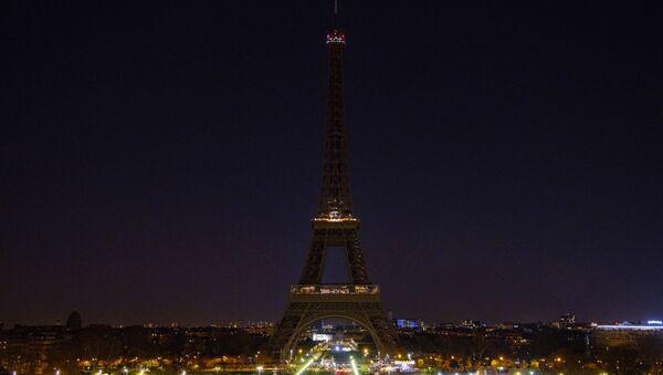 """Wieża Eiffla w Paryżu przed i po wyłączeniu oświetlenia w ramach akcji ekologicznej """"Godzina dla Ziemi"""" - Sputnik Polska"""