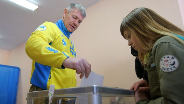 Mieszkańcy Kijowa podczas głosowania na prezydenta Ukrainy w jednym z lokalów wyborczych  - Sputnik Polska