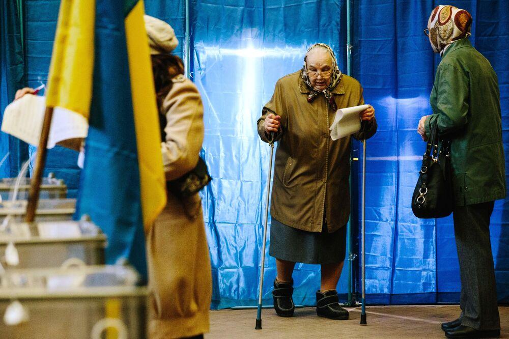 Mieszkańcy Charkowa podczas głosowania na prezydenta Ukrainy w jednym z lokalów wyborczych