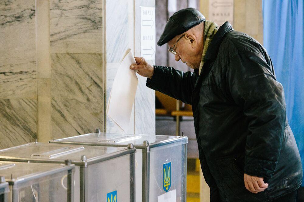 Mieszkaniec Charkowa podczas głosowania na prezydenta Ukrainy w jednym z lokalów wyborczych