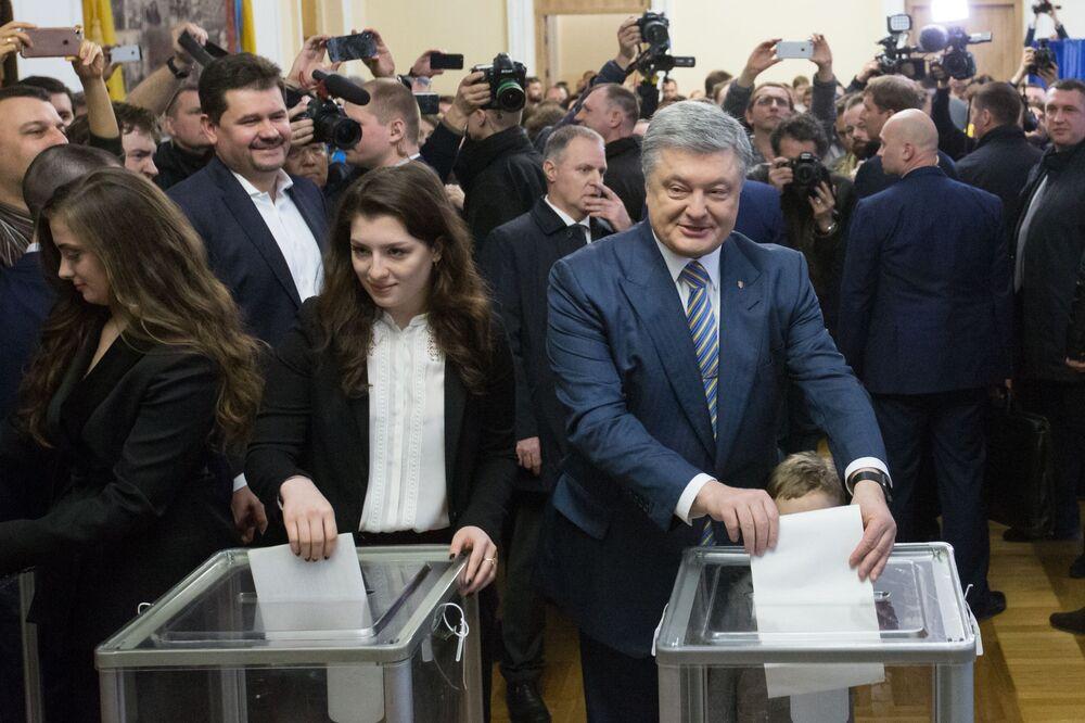 Aktualny prezydent Ukrainy Petro Poroszenko w jednym z lokalów wyborczych w Kijowie
