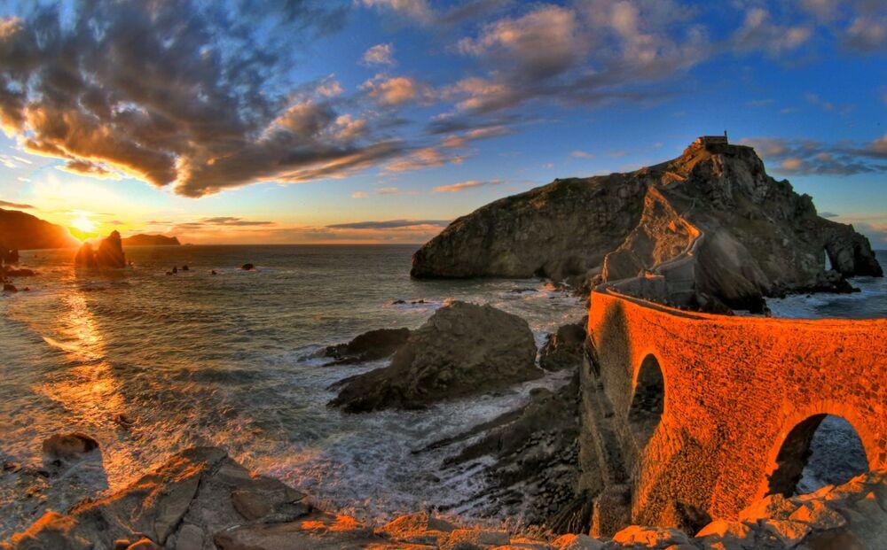 Most na wyspie Gaztelugatxe