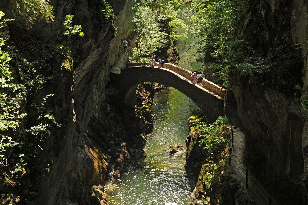 Most nad rzeką Areuse w Szwajcarii