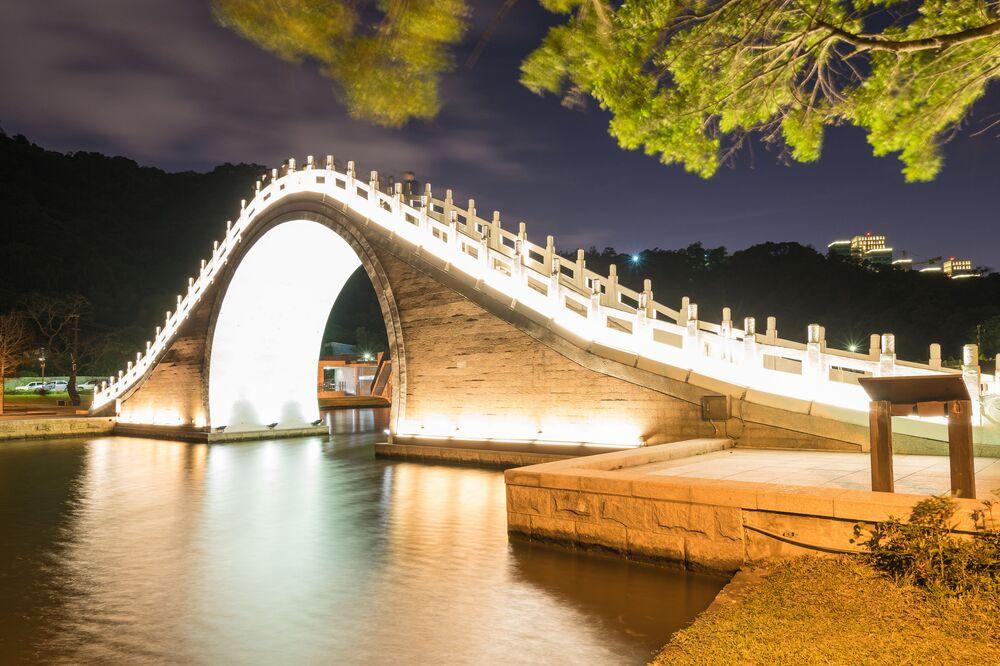 Księżycowy most w parku Dahu w Tajpeju