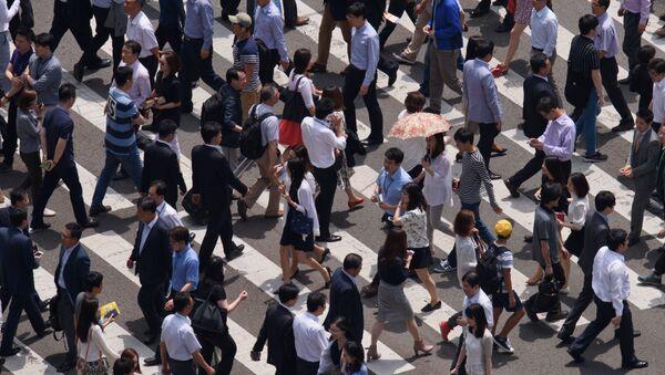 Ludzie przechodzą przez ulicę w Seulu - Sputnik Polska